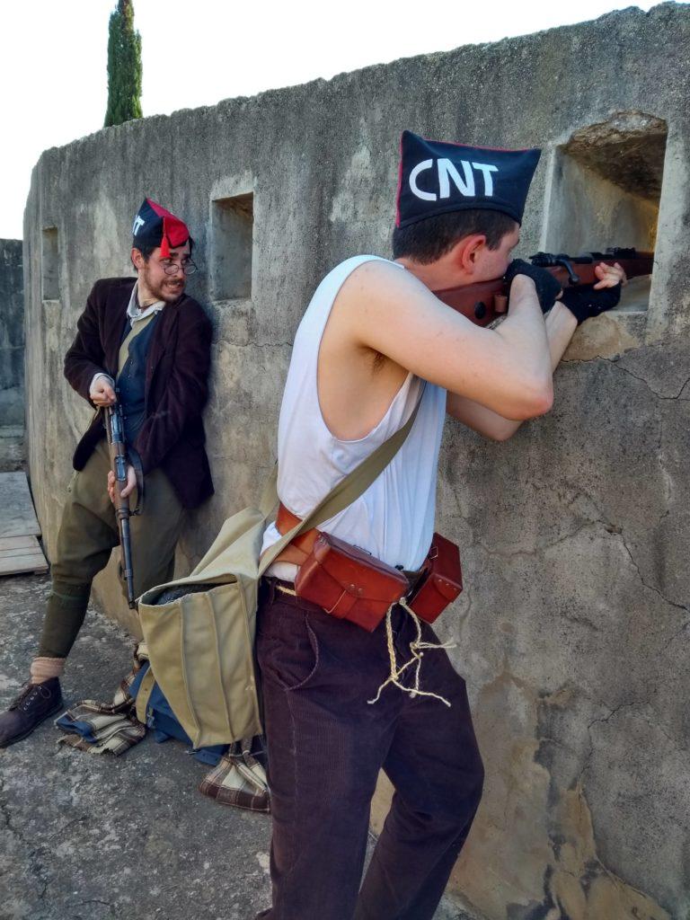 Soldados de la CNT defienden una trinchera del avance nacional